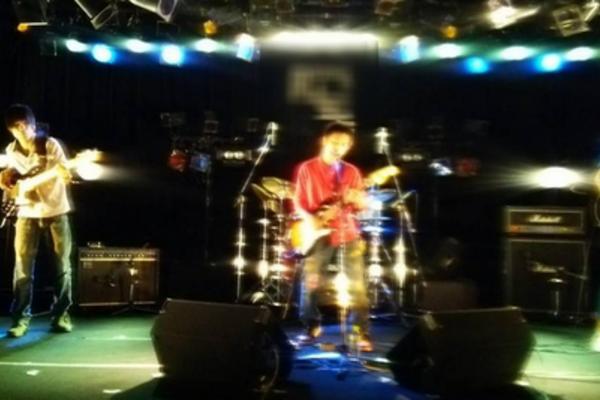 淡い歌声と数珠のメロディを紡ぐ大阪の「唄ロック」集団、【COLOR QUARTET】のご紹介。