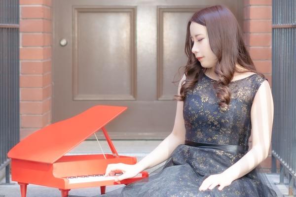 あかぼしりな バラエティ豊かなコンテンツと確かな演奏の魅力でネットからライブまで活躍するピアニスト