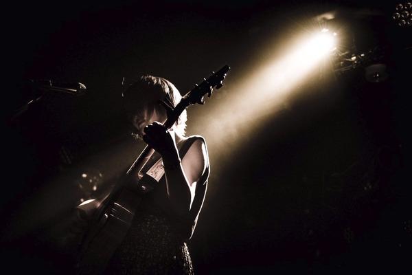 坂田穂乃花 甘い歌声も霞がかった歌声も使い分けて届ける「愛と毒」