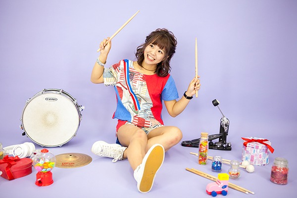 三田結菜 ━━ 自分らしくあるがままに。ユニークなパフォーマンスと力強い演奏が魅力のドラムボーカルをご賞味あれ!