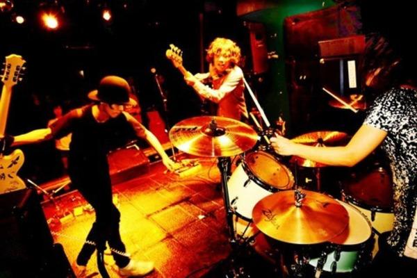 跳ねるビートと王道のガレージロックサウンド【Atomic stooges】