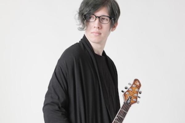 岡 聡志 圧倒的なスキルと独創的な音楽センスを併せ持つギタリスト・コンポーザー
